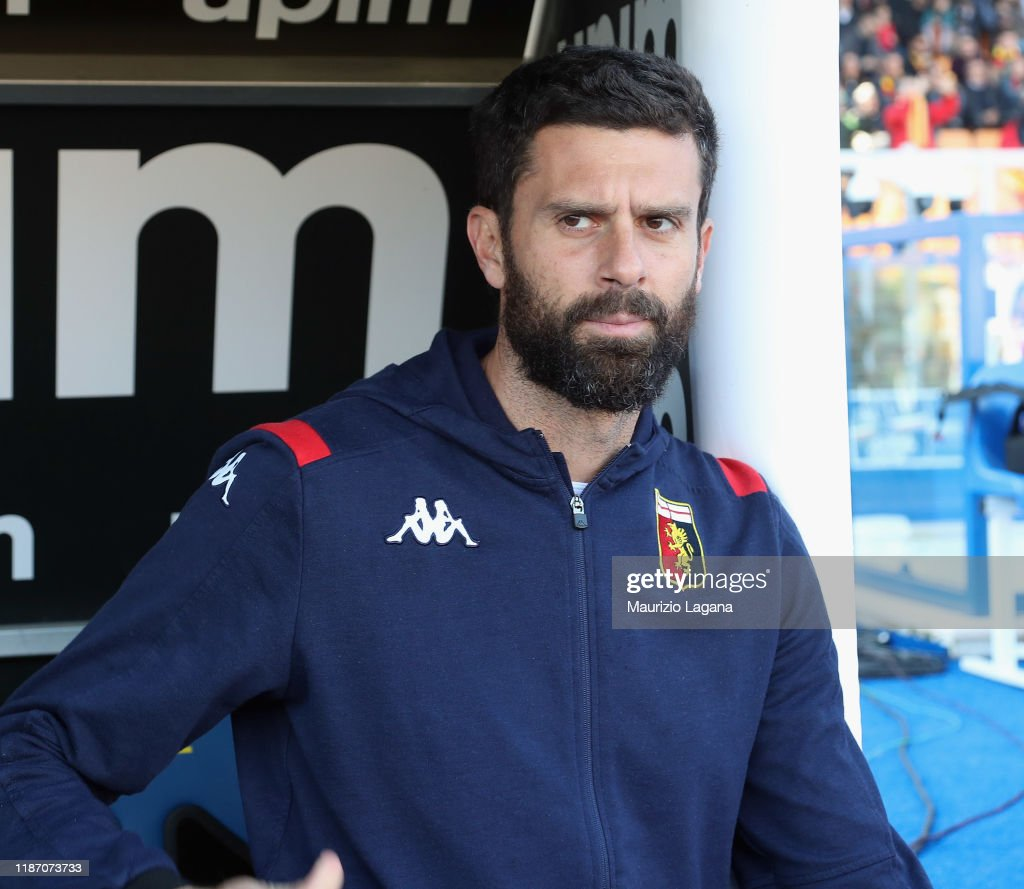 Head coach of Genoa Thiago Motta looks on during the Serie A match...  Nachrichtenfoto - Getty Images