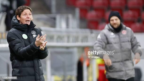 Head coach Oliver Glasner of VfL Wolfsburg and head coach Bo Svensson of 1. FSV Mainz 05 during the Bundesliga match between 1. FSV Mainz 05 and VfL...