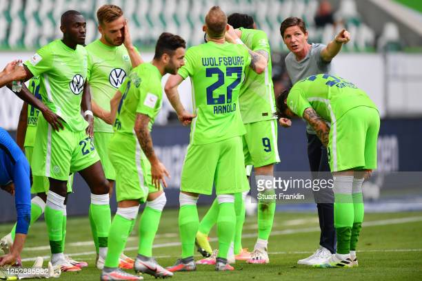 Head coach Oliver Glasner of Wolfsburg talks to the payers during a water break during the Bundesliga match between VfL Wolfsburg and FC Bayern...