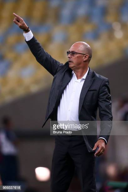 Head coach Omar de Felippe of Emelec in action during a Group Stage match between Flamengo and Emelec as part of Copa CONMEBOL Libertadores 2018 at...