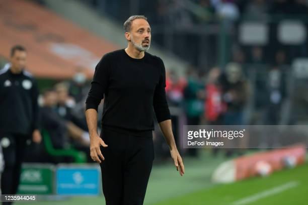 Head coach Pellegrino Matarazzo of VfB Stuttgart looks on during the Bundesliga match between Borussia Mönchengladbach and VfB Stuttgart at...