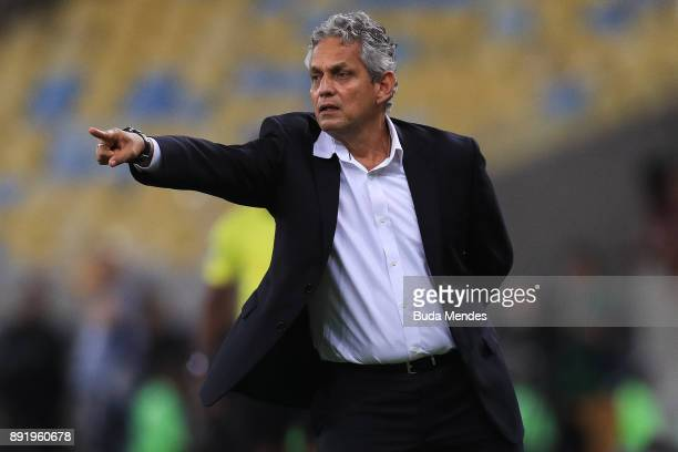 Head coach Reinaldo Rueda Rivera of Flamengo gestures during the second leg of the Copa Sudamericana 2017 final between Flamengo and Independiente at...