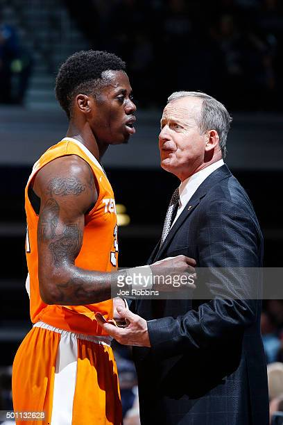 Head coach Rick Barnes of the Tennessee Volunteers talks to Devon Baulkman in the second half of the game against the Butler Bulldogs at Hinkle...
