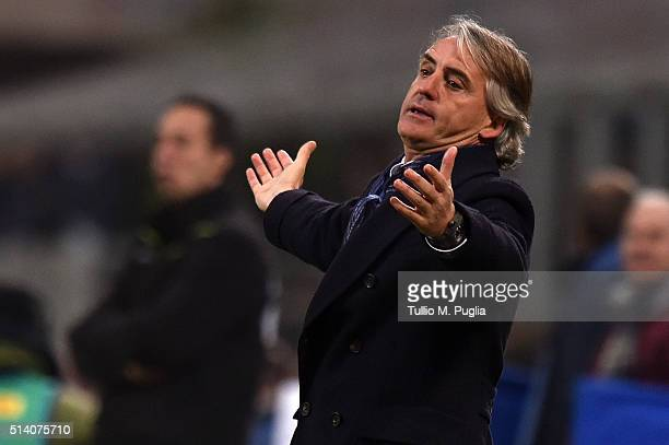 Head coach Roberto Mancini of Inter gestures during the Serie A match between FC Internazionale Milano and US Citta di Palermo at Stadio Giuseppe...