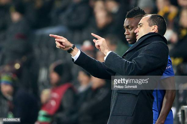 Head coach Roberto Martinez of Everton FC speaks with Christian Atsu during the UEFA Europa League Round of 32 match between BSC Young Boys and...