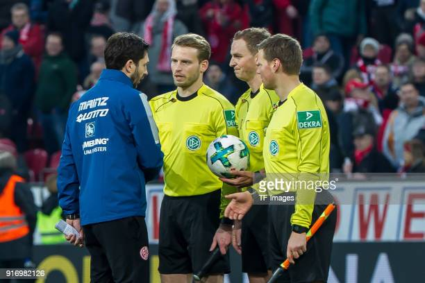 Head coach Sandro Schwarz of Mainz thanks Referee Soeren Storks and his team during the Bundesliga match between 1 FSV Mainz 05 and FC Bayern...
