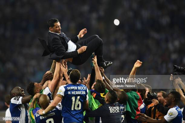 Head coach Sergio Conceicao of FC Porto players and coaching staff celebrate winning the title after the Primeira Liga match between FC Porto and...