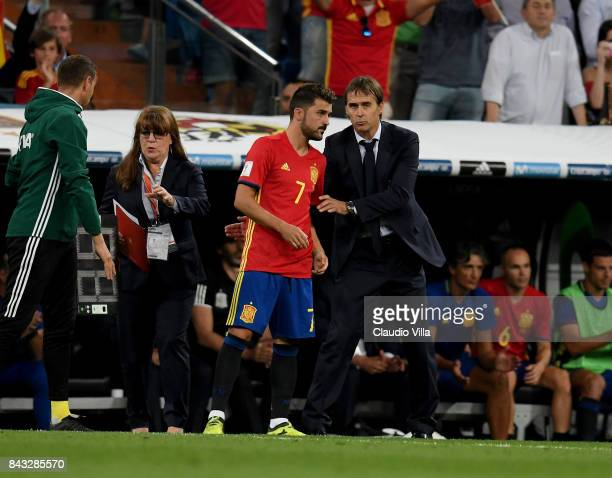 Head coach Spain Julen Lopetegui and David Villa of Spain chat during the FIFA 2018 World Cup Qualifier between Spain and Italy at Estadio Santiago...