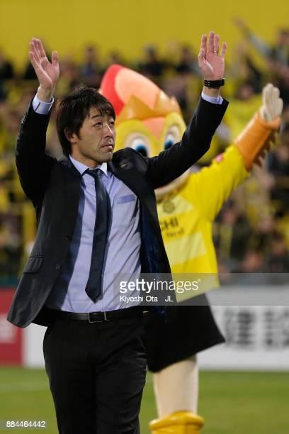 Head coach Takahiro Shimotaira of Kashiwa Reysol applauds supporters after the JLeague J1 match between Kashiwa Reysol and Sanfrecce Hiroshima at...