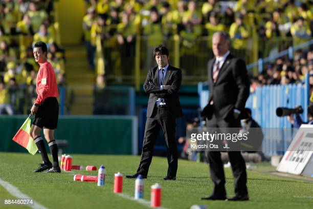 Head coach Takahiro Shimotaira of Kashiwa Reysol looks on during the JLeague J1 match between Kashiwa Reysol and Sanfrecce Hiroshima at Hitachi...