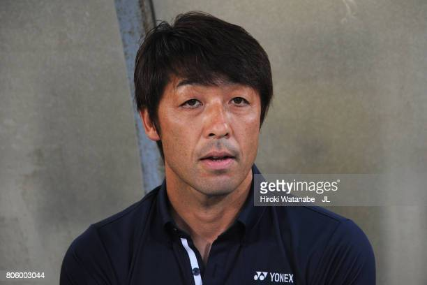 Head coach Takahiro Shimotaira of Kashiwa Reysol looks on prior to the JLeague J1 match between Kashiwa Reysol and Kashima Antlers at Hitachi Kashiwa...