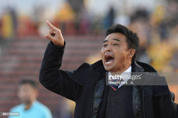 Head coach Tatsuma Yoshida of Ventforet Kofu shouts instruction during the JLeague J1 match between Ventforet Kofu and Vegalta Sendai at Yamanashi...