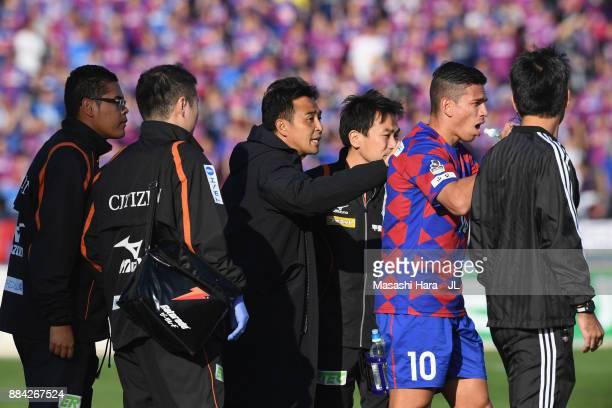 Head coach Tatsuma Yoshida of Ventforet Kofu talks to Dudu during the JLeague J1 match between Ventforet Kofu and Vegalta Sendai at Yamanashi Chou...