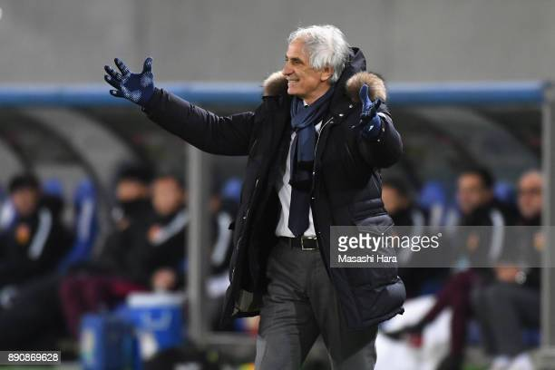 Head coach Vahid Halilhodzic of Japan shows frustration during the EAFF E1 Men's Football Championship between Japan and China at Ajinomoto Stadium...