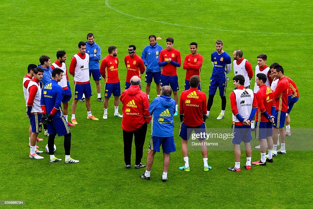 Head coach Vicente Del Bosque of Spain gives instructions to his players during a training session on May 30, 2016 in Schruns, Austria.