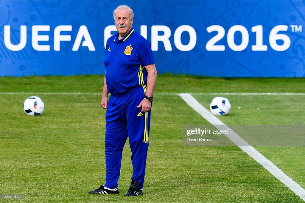 Head coach Vicente Del Bosque of Spain looks on during a training session on June 9, 2016 in La Rochelle, France.