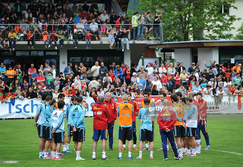 Head coach Vicente del Bosque (C) of Spain talks in a team round up during a training session on May 28, 2012 in Schruns, Austria.