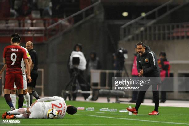 Head coach Vitor Pereira of Shanghai SIPG encourages He Guan during the AFC Champions League Round of 16 first leg match between Kashima Antlers and...