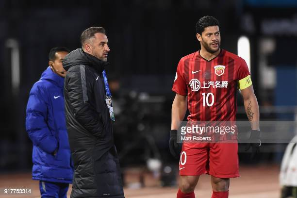 Head coach Vitor Pereira talks with Hulk of Shanghai SIPG during the AFC Champions League Group F match between Kawasaki Frontale and Shanghai SIPG...