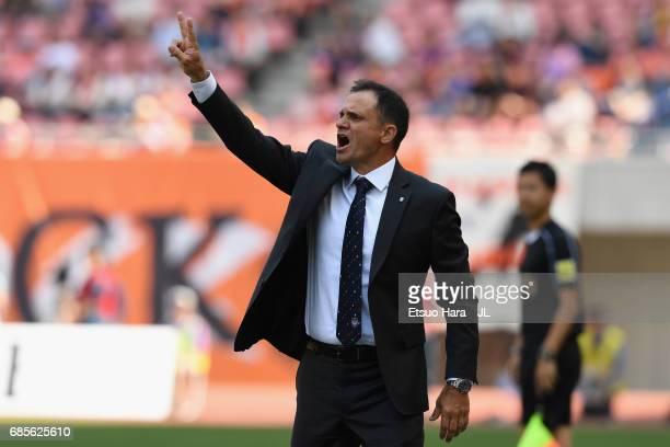Head coach Wagner Lopes of Albirex Niigata shouts instruction during the JLeague J1 match between Albirex Niigata and Consadole Sapporo at Denka Big...
