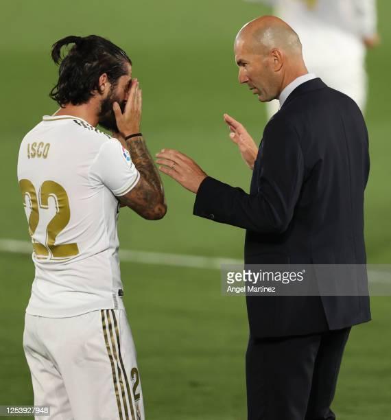 Head coach Zinedine Zidane of Real Madrid talks to Isco during the Liga match between Real Madrid CF and Getafe CF at Estadio Alfredo Di Stefano on...