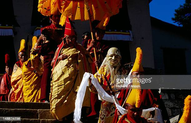 head lama sheltered by parasol at mani rimdu festival. - mani rimdu festival stock pictures, royalty-free photos & images