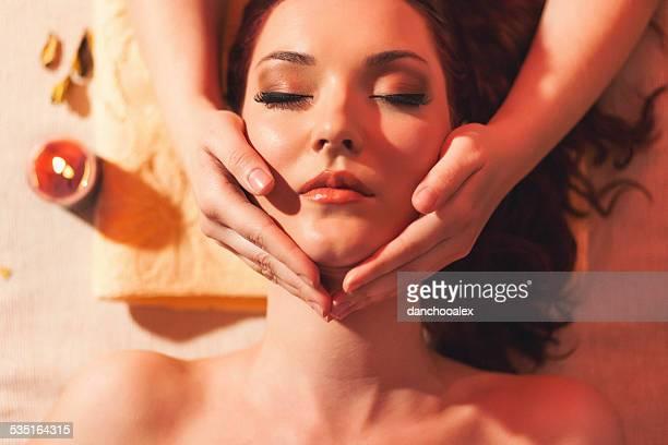 head massage - erotische massage stockfoto's en -beelden