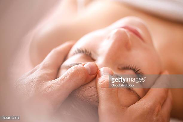 head massage - alternatieve geneeswijzen stockfoto's en -beelden