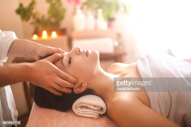 head massage - massage therapist stock pictures, royalty-free photos & images