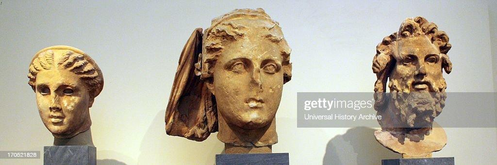 Heads of gods and goddesses : Nachrichtenfoto