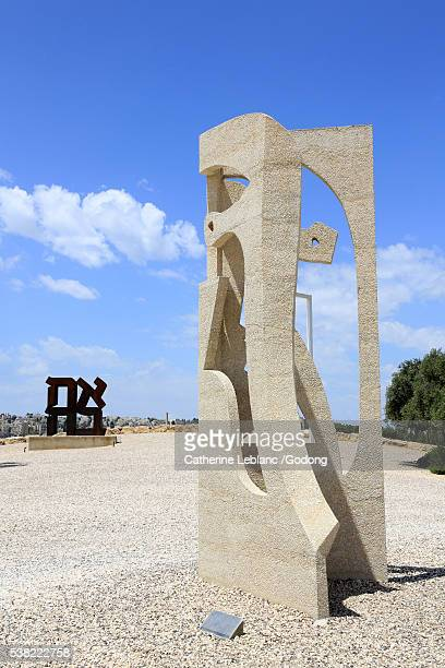head of jacqueline. concrete sculpture 6 meters high, made by carl nesjar in 1967 in the garden of the israel museum of art in jerusalem after a paper model of picasso. - 1967 stock pictures, royalty-free photos & images