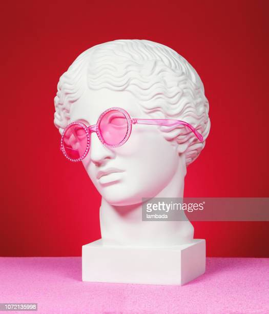 head sculpture with pink eyeglasses - arte foto e immagini stock