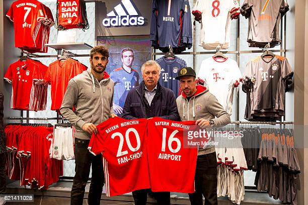 Headcoach of FC Bayern Munich Carlo Ancelotti pose with Javi Martinez and Franck Ribery at the reopening of the FC Bayern Fan Shop at Airport Munich...