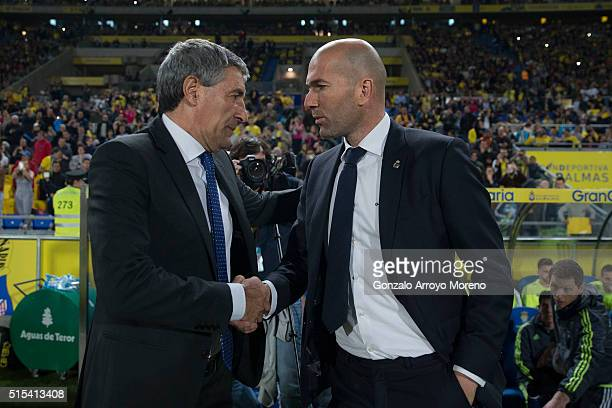 Headcoach Zinedine Zidane of Real Madrid CF shakes hands with Quique Setien of UD Las Palmas during the La Liga match between UD Las Palmas and Real...
