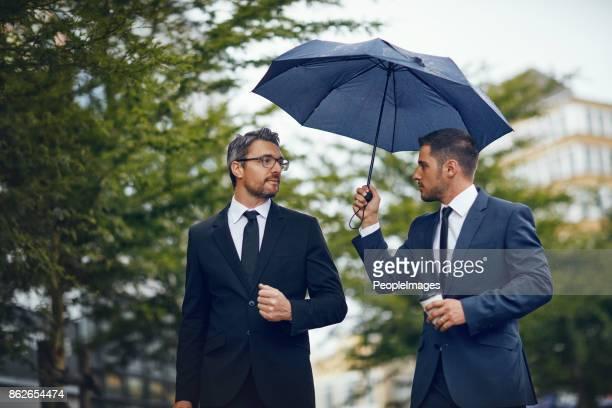 auf den weg zu ihrem nächsten treffen - regenschirm stock-fotos und bilder