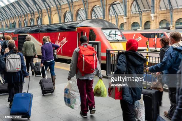 ロンドン・キングスクロス駅でヴァージン・トレインに搭乗 - ヴァージングループ ストックフォトと画像