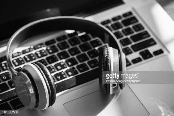 headphones and laptop - hi fi stock pictures, royalty-free photos & images