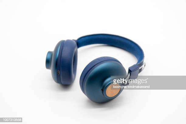 headphones. earphones on ขาว background. - casque audio photos et images de collection