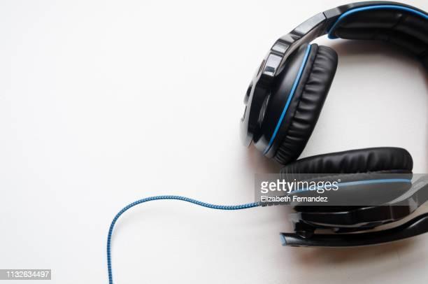 headphones on white background - na moda descrição - fotografias e filmes do acervo