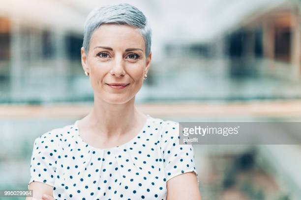 headshot of a modern businesswoman - capelli grigi foto e immagini stock