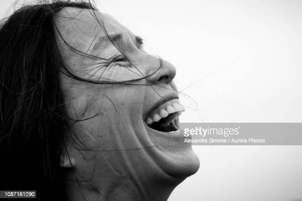 headshot of laughing woman - bianco e nero foto e immagini stock