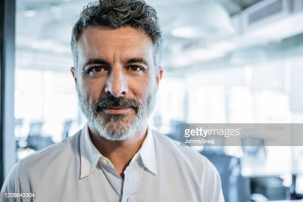 headshot de empresário barbudo maduro no cargo - só um homem maduro - fotografias e filmes do acervo