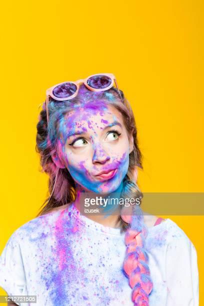 headshot van tienermeisje op holi kleurenfestival - izusek stockfoto's en -beelden