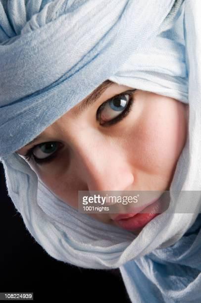photo de jeune femme avec des yeux bleus avec foulard - femme touareg photos et images de collection