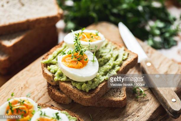 healhy breakfast toast with avocado, egg - avocado toast stockfoto's en -beelden
