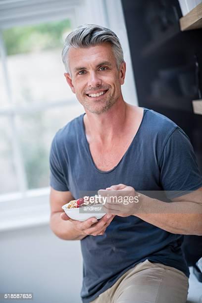 Healhy hombre comiendo cereales