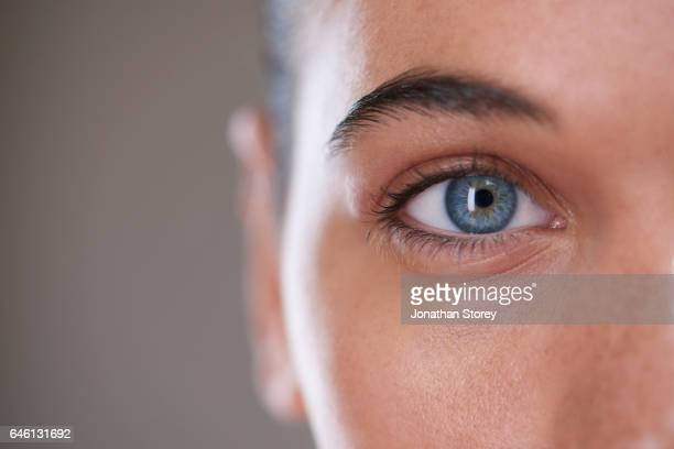 health and beauty - yeux bleus photos et images de collection