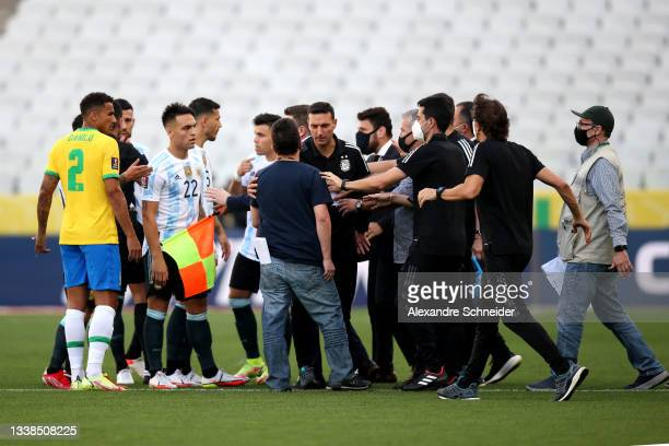 Health authorities argue with Head coach of Argentina Lionel Scaloni and players of Brazil and Argentina during a match between Brazil and Argentina...