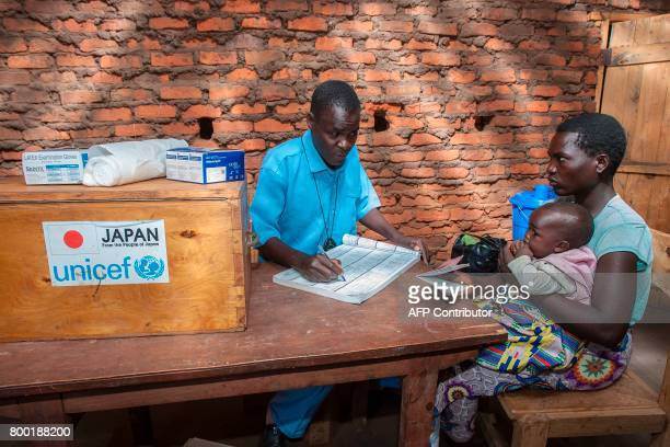Health Surveillance Assistant Noah Chipeta speaks to a mother in Kasungu on June 22 during a presentation for the UNICEFfunded Humanitarian Drone...