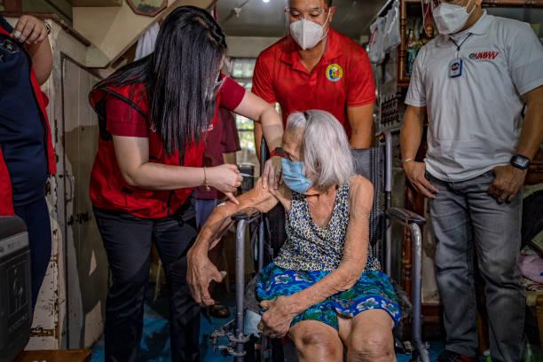 PHL: Health Workers Vaccinate Bedridden Patients At Home